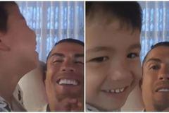 Ronaldo pha trò khiến con trai cười nắc nẻ