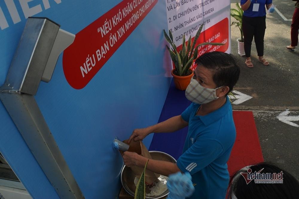 'ATM gạo' lan tỏa khắp nơi, người nghèo nhận gạo bằng túi giấy
