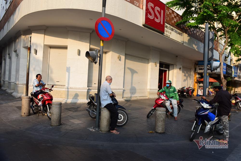Ăn nhậu tràn lan trên vỉa hè ở Sài Gòn