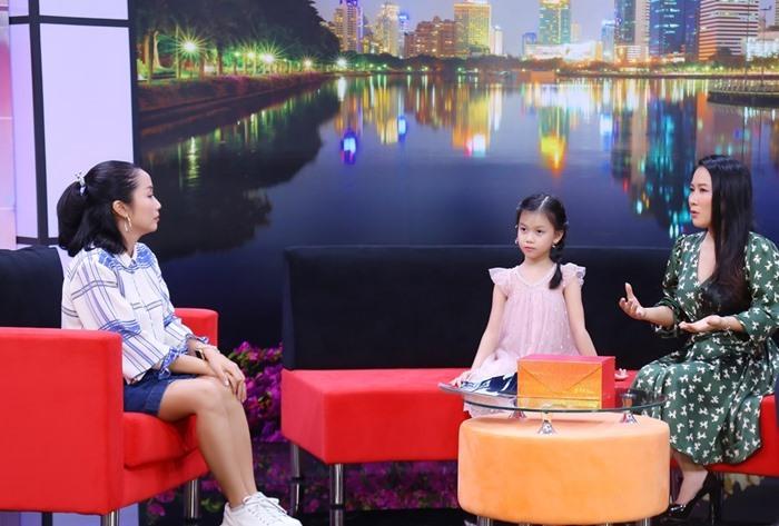 Con gái 8 tuổi 'tố' NSƯT Vân Khánh 'dữ như phù thủy'