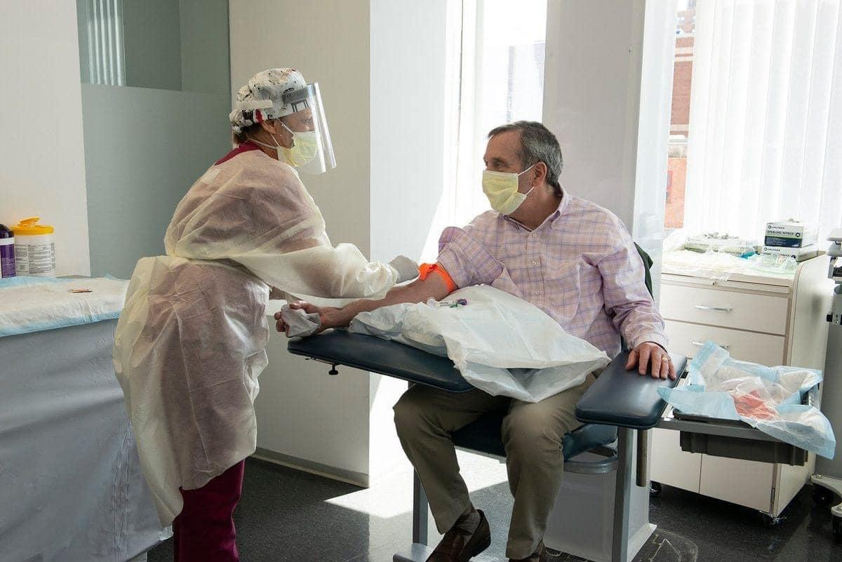 Hiệu trưởng ĐH Harvard khỏi Covid-19, hiến máu cho y học nghiên cứu kháng thể