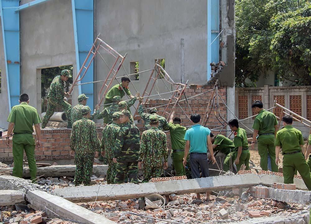 Sập tường 7 người chết ở Vĩnh Long, chủ đầu tư có vô can?