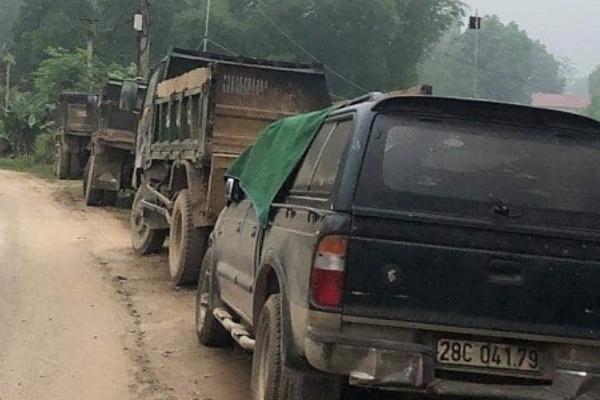 Nhóm côn đồ đánh người, đập nát ô tô trước mặt công an ở Hòa Bình