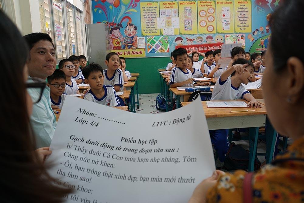 'Trường học công khai' từ chuyện cả nhà xem con học online