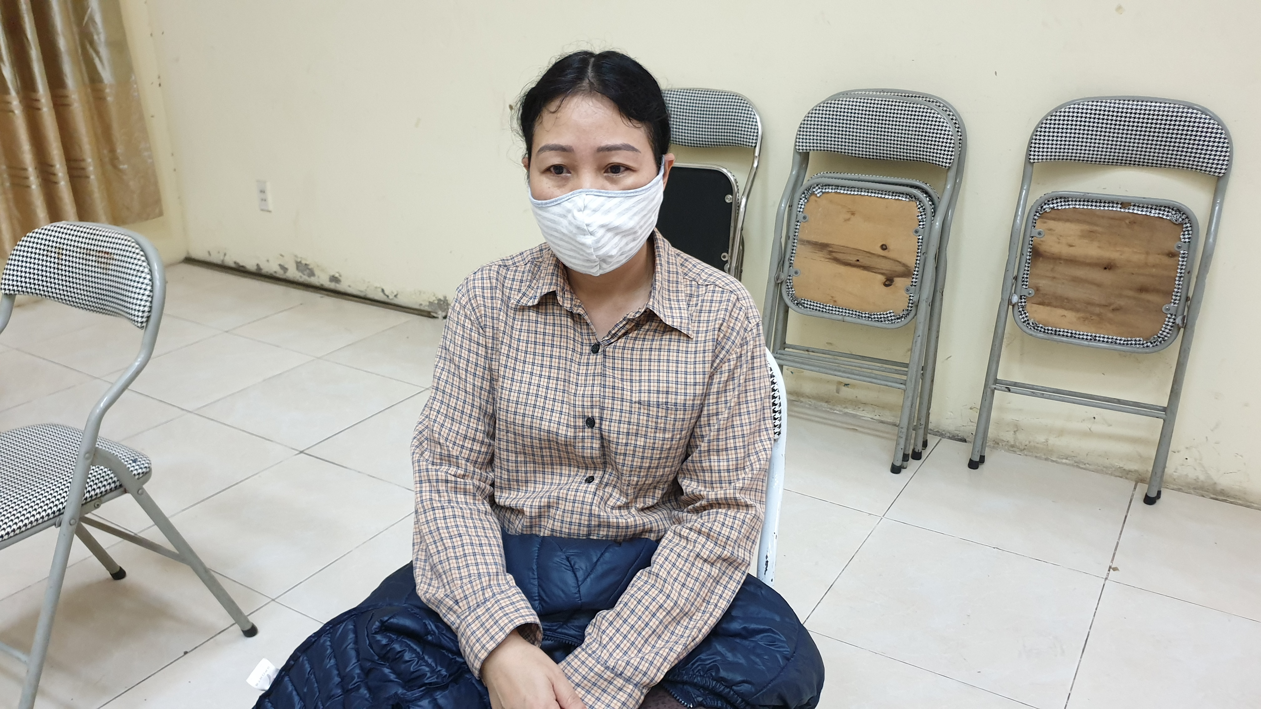 Vợ bị tâm thần, người bảo vệ nghèo xúc động nhận gạo từ thiện của ca sĩ Trọng Tấn