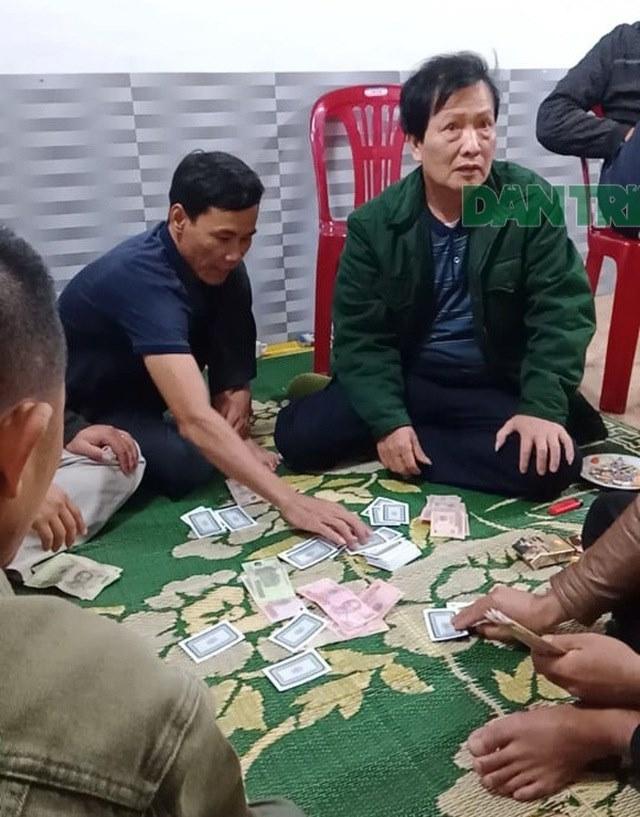 Chủ tịch xã ở Hà Tĩnh đánh bạc trong thời gian trực cao điểm dịch