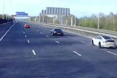 Tài xế đua xe trên cao tốc trong lúc phong tỏa