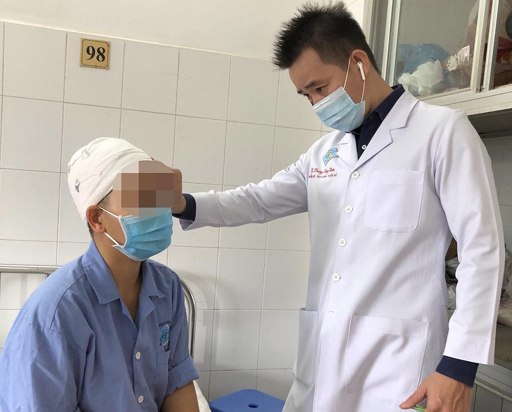 Cô gái bị máy cắt rau cuốn tróc toàn bộ da đầu, lộ xương sọ