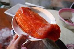 Cá hồi Sapa 190 ngàn đồng/kg, bà nội trợ mua chung thùng xốp 50kg ăn dần