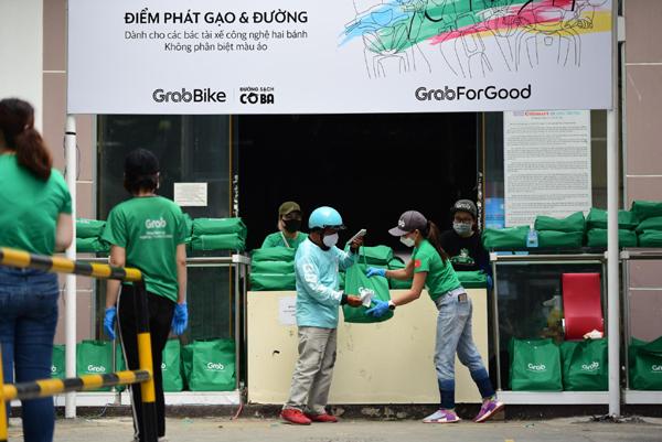 Covid-19: Hàng ngàn tài xế công nghệ nhận quà hỗ trợ của Grab