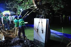 Trăm công nhân thâu đêm 'giải cứu' hồ Gươm khỏi sạt lở