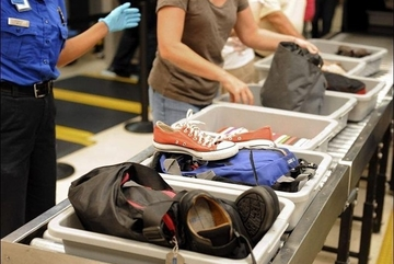 Vì sao qua cửa an ninh hàng không phải cởi thắt lưng và giày?