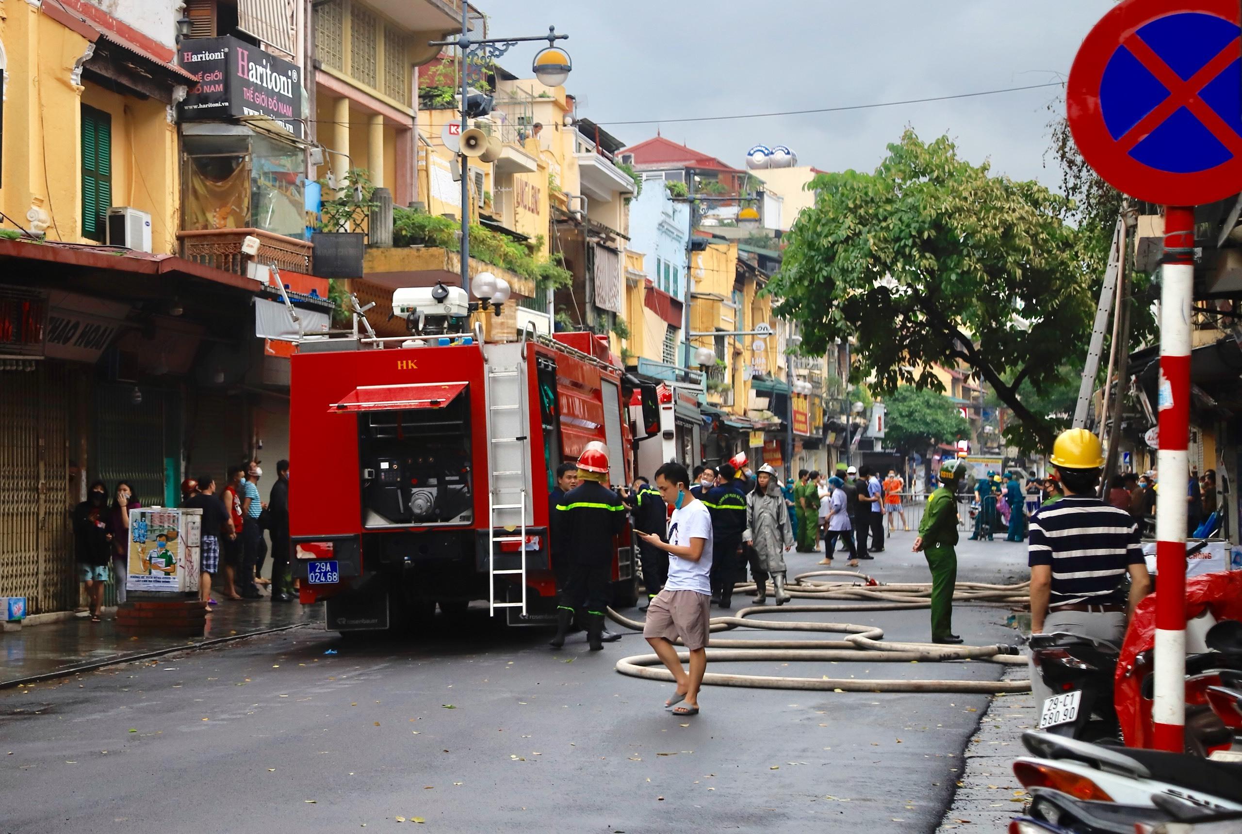 Nhà 2 tầng phố Hàng Ngang bốc cháy dữ dội