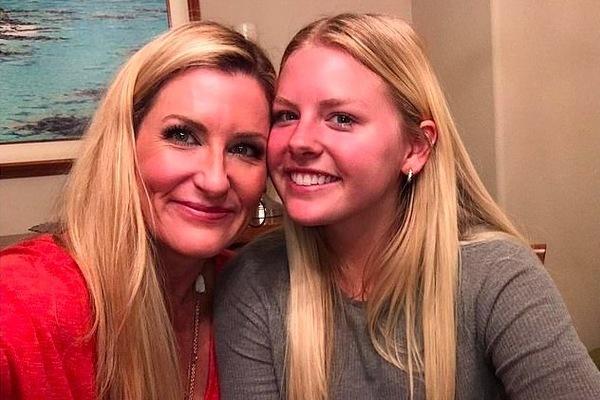 Học trực tuyến, nữ sinh làm mối cho mẹ với thầy giáo