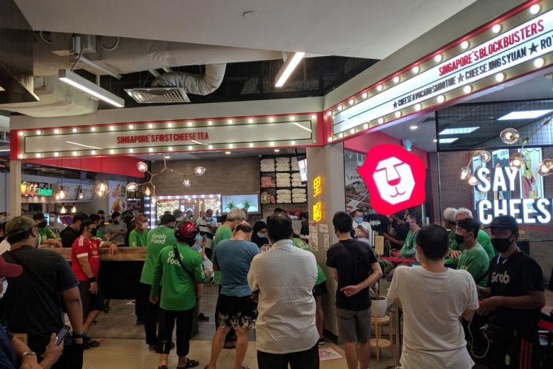 Dân Singapore ùn ùn xếp hàng mua trà sữa trước lệnh đóng cửa dập dịch
