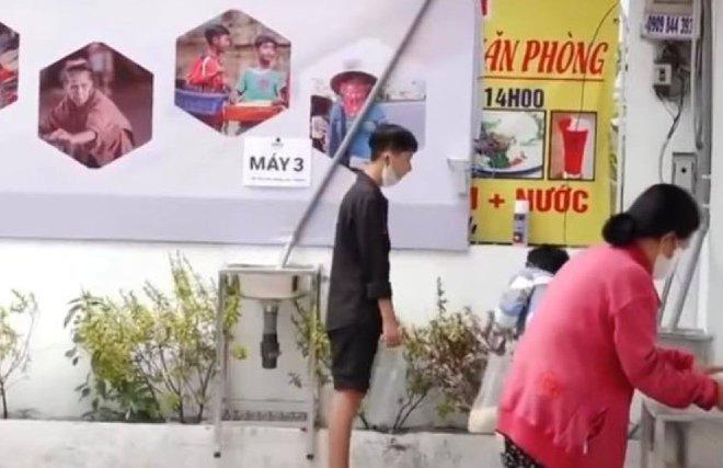 Ông chủ 'ATM gạo' nhận sai, xin lỗi cô gái áo đen vào nhận gạo bị từ chối