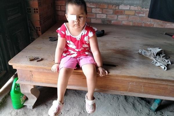 Xót xa bé gái mù lòa, tính mạng đe dọa bởi căn bệnh ung thư hiểm ác