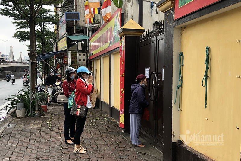 Tần ngần trước cổng chùa vẫn đóng, người Hà Nội vái vọng từ vỉa hè