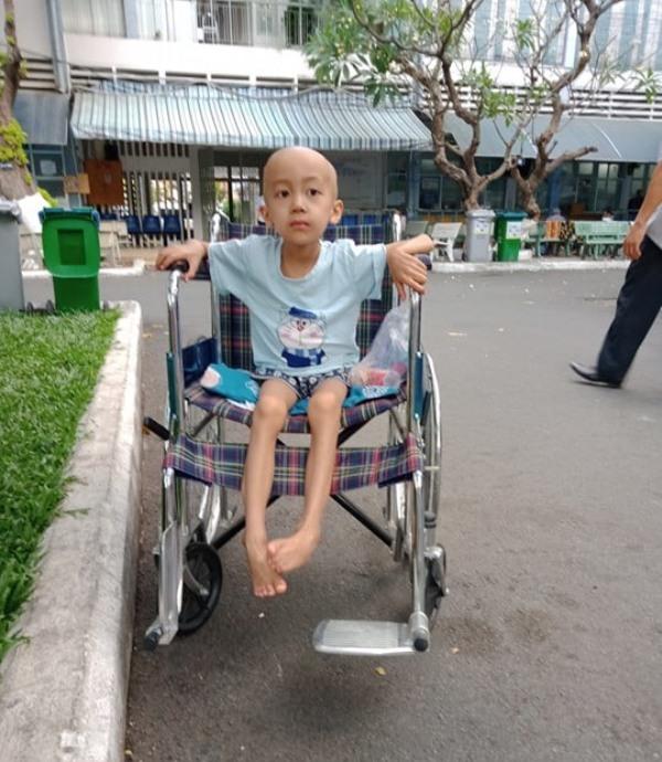 Bé trai ung thư gan đau đớn cầu cứu 10 triệu đồng mua thuốc