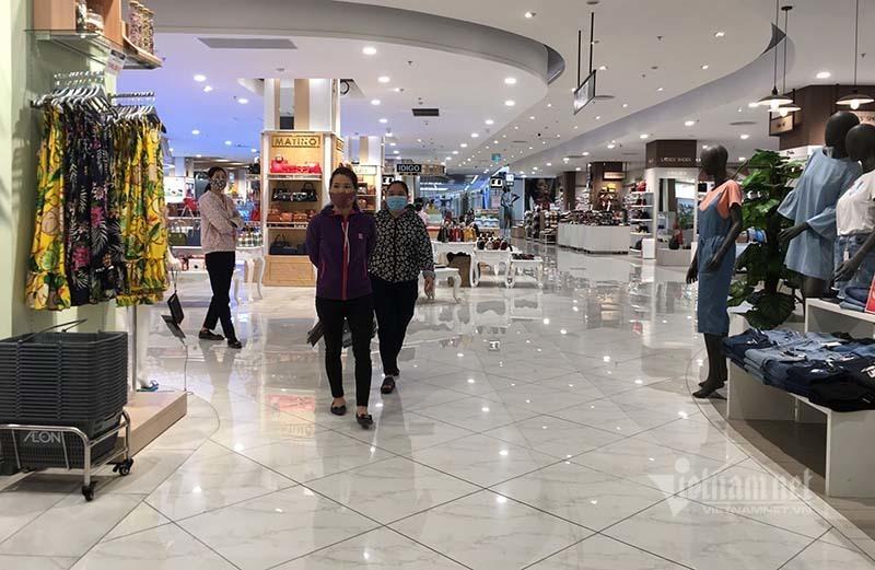 Khách dạo bộ 'thể dục' giữa trung tâm thương mại đang 'ngủ đông'