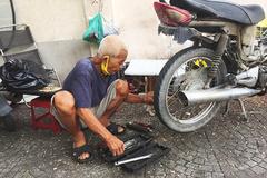 Chuyện buồn ông lão vá xe, sớm tối ngủ lề đường Sài Gòn