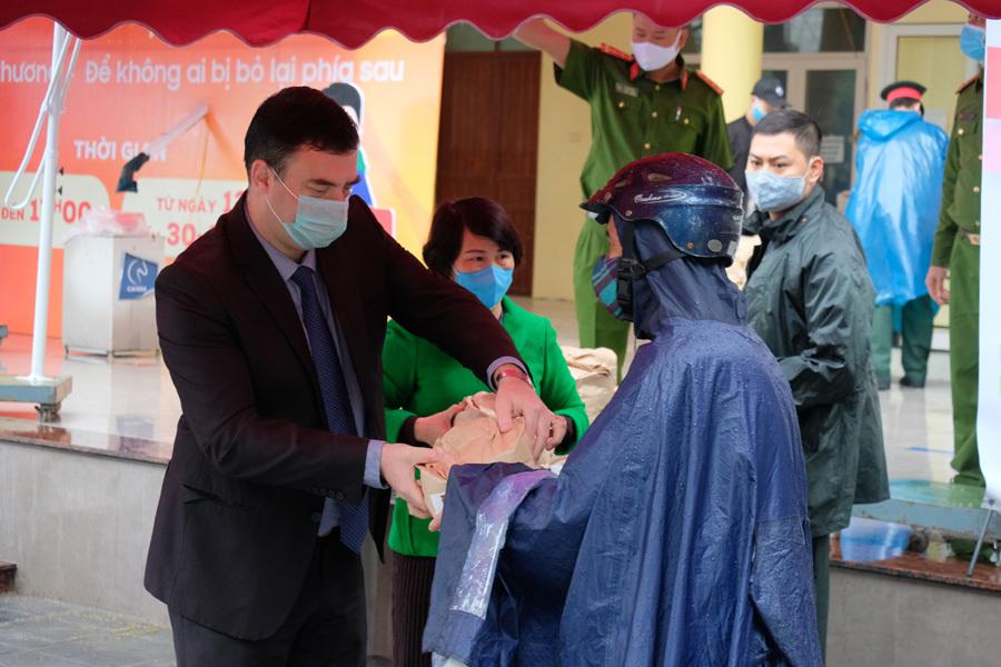 Đại sứ quán Israel tặng 1 tấn gạo cho ATM gạo ở Hà Nội