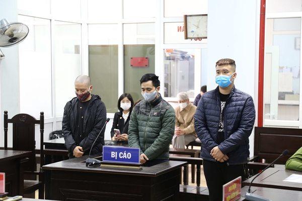 Nhân viên bệnh viện lớn ở Hà Nội bán trang phục phòng dịch giả