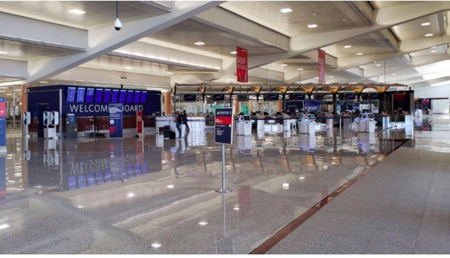 """Cảnh """"bình thường mới"""" tại sân bay đông đúc nhất Mỹ"""