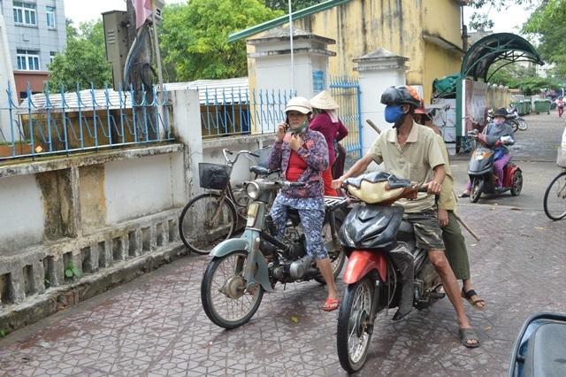 Người dân chen lấn, ATM gạo chuyển địa điểm