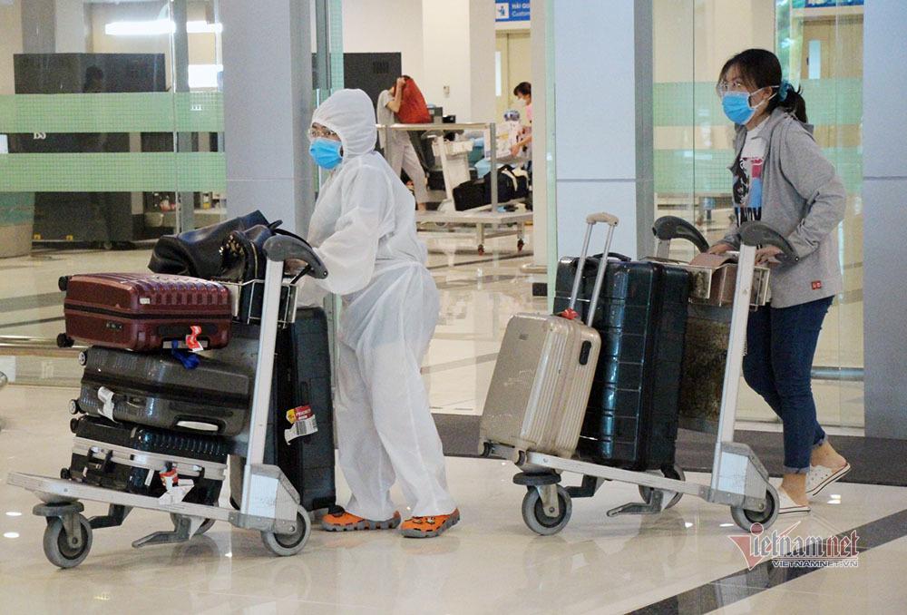 Chuyến bay đưa 215 người Việt từ Singapore về Cần Thơ