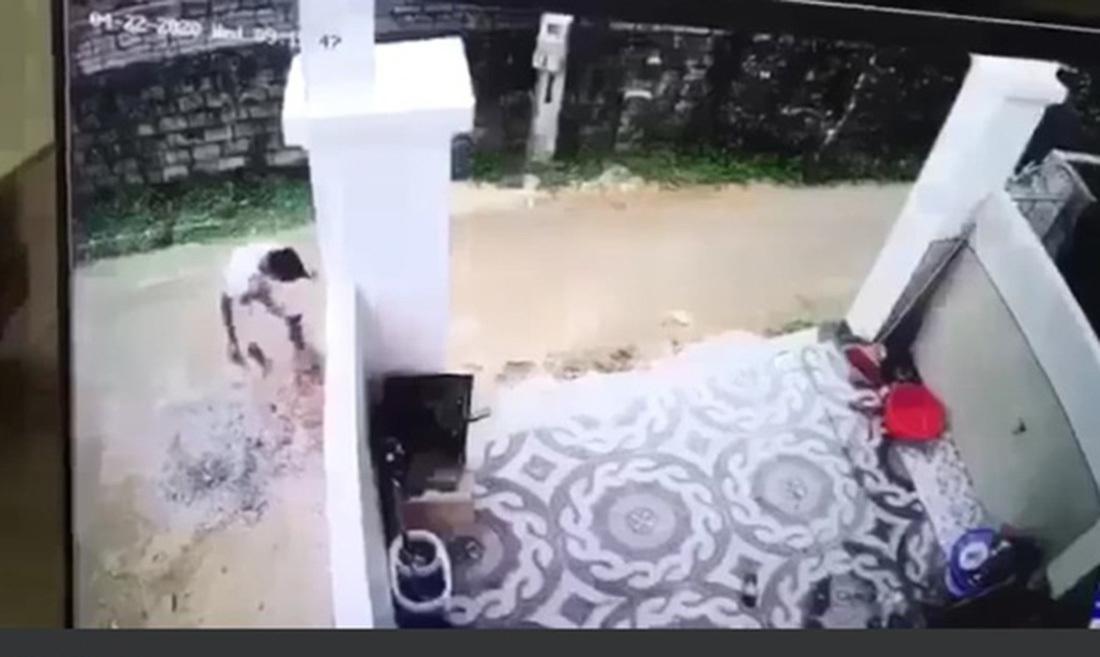 Tạm giữ tài xế cán chết bé trai 20 tháng tuổi rồi lấy cát xóa dấu vết