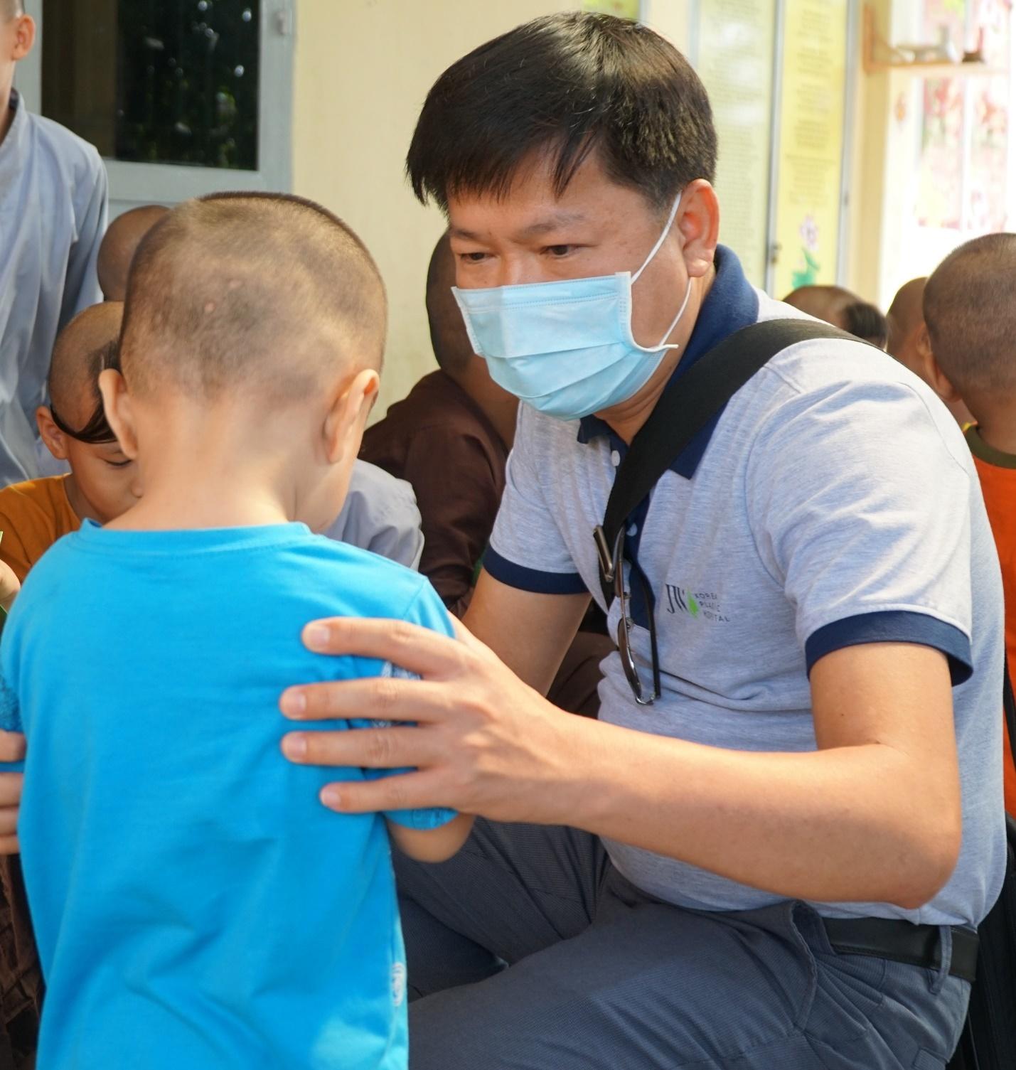 'Chuyến xe chia sẻ' của Bệnh viện JW đến với trẻ mồ côi Đồng Nai