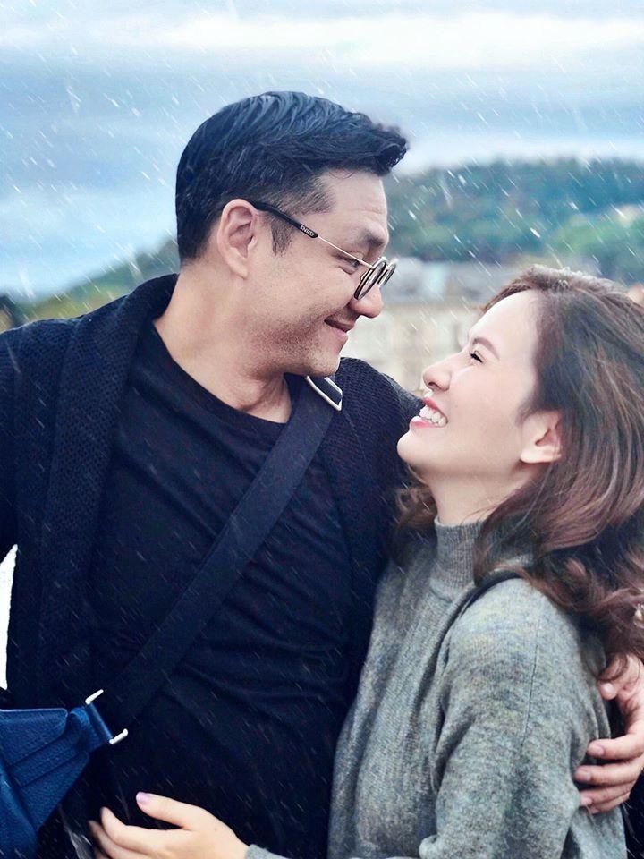 Vợ chồng Đan Lê - Khải Anh tươi cười dưới mưa