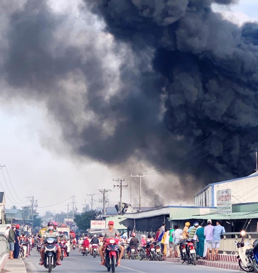 Cháy dữ dội kho hàng, cột khói bốc ngùn ngụt đen kịt 1 vùng