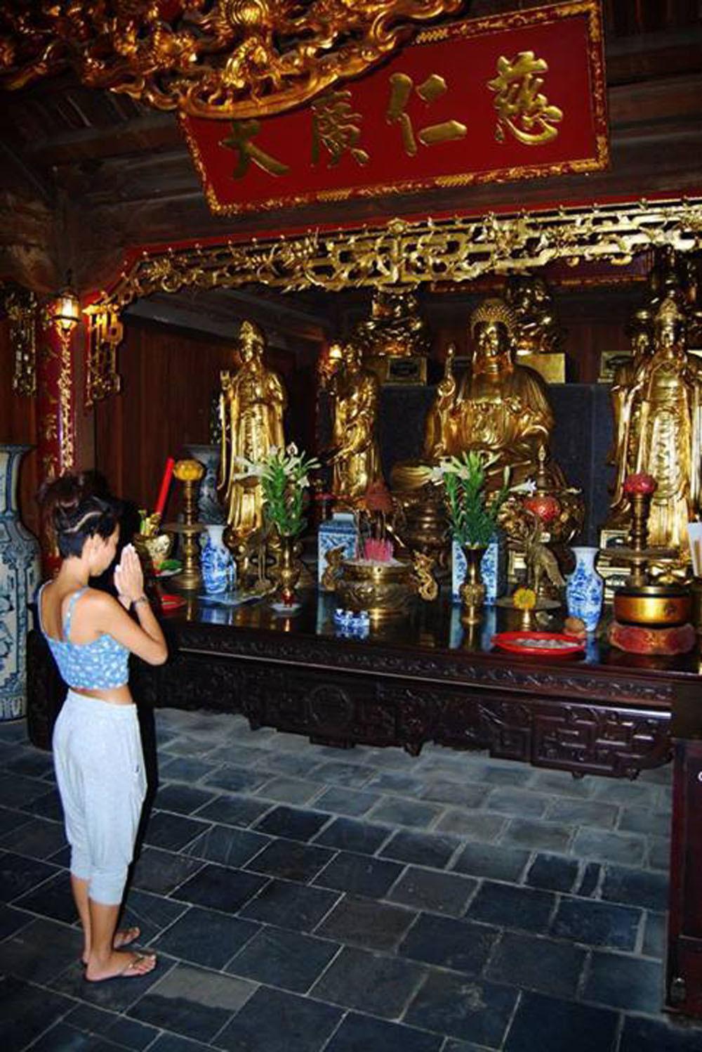 Hương Tràm gây bức xúc khi diện váy ngắn đi chùa