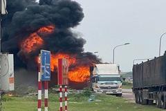 Hàng chục xe máy bốc cháy trơ khung trên thùng ô tô tải