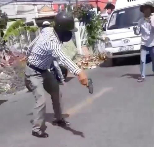 Thợ hồ cầm súng nhựa dọa tài xế xe tải sau va chạm giao thông