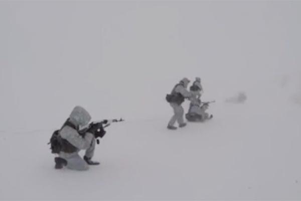 Xem lính Nga trổ tài đổ bộ tấn công ở nơi khắc nghiệt nhất thế giới
