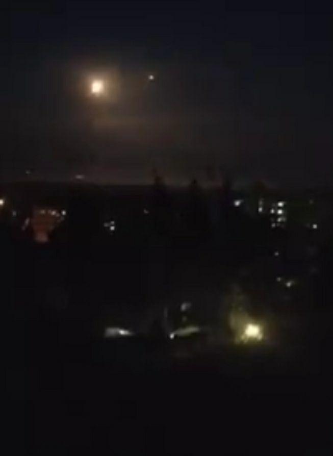 Mưa tên lửa đổ xuống Syria, hệ thống phòng thủ lập tức kích hoạt