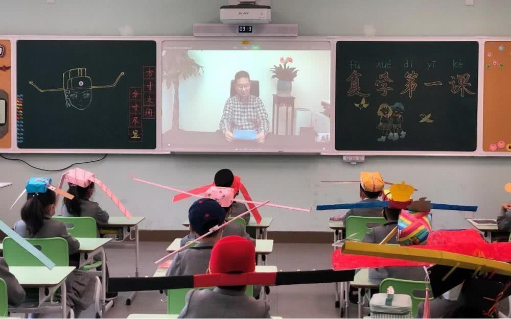 Chiếc mũ giúp học sinh TQ ngồi cách nhau 1-2m