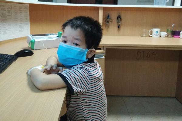 Thấy con đau đầu, bác sĩ phát hiện giun làm tổ trong não bé trai