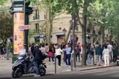 Mặc lệnh cách ly, người Paris tổ chức 'tiệc nhảy' giữa phố