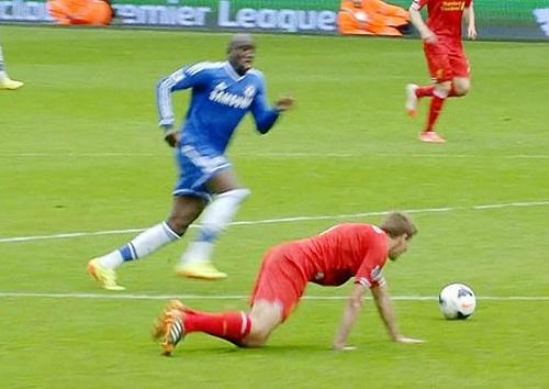 Ngày này năm xưa: Gerrard và cú trượt chân định mệnh