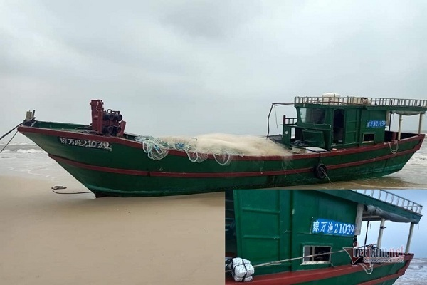 Tàu cá có chữ Trung Quốc dạt bờ biển Quảng Bình