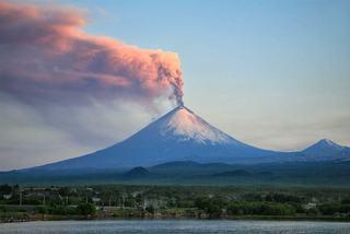 Xem núi lửa cao nhất lục địa Á-Âu hoạt động, phun tro cao hàng nghìn mét