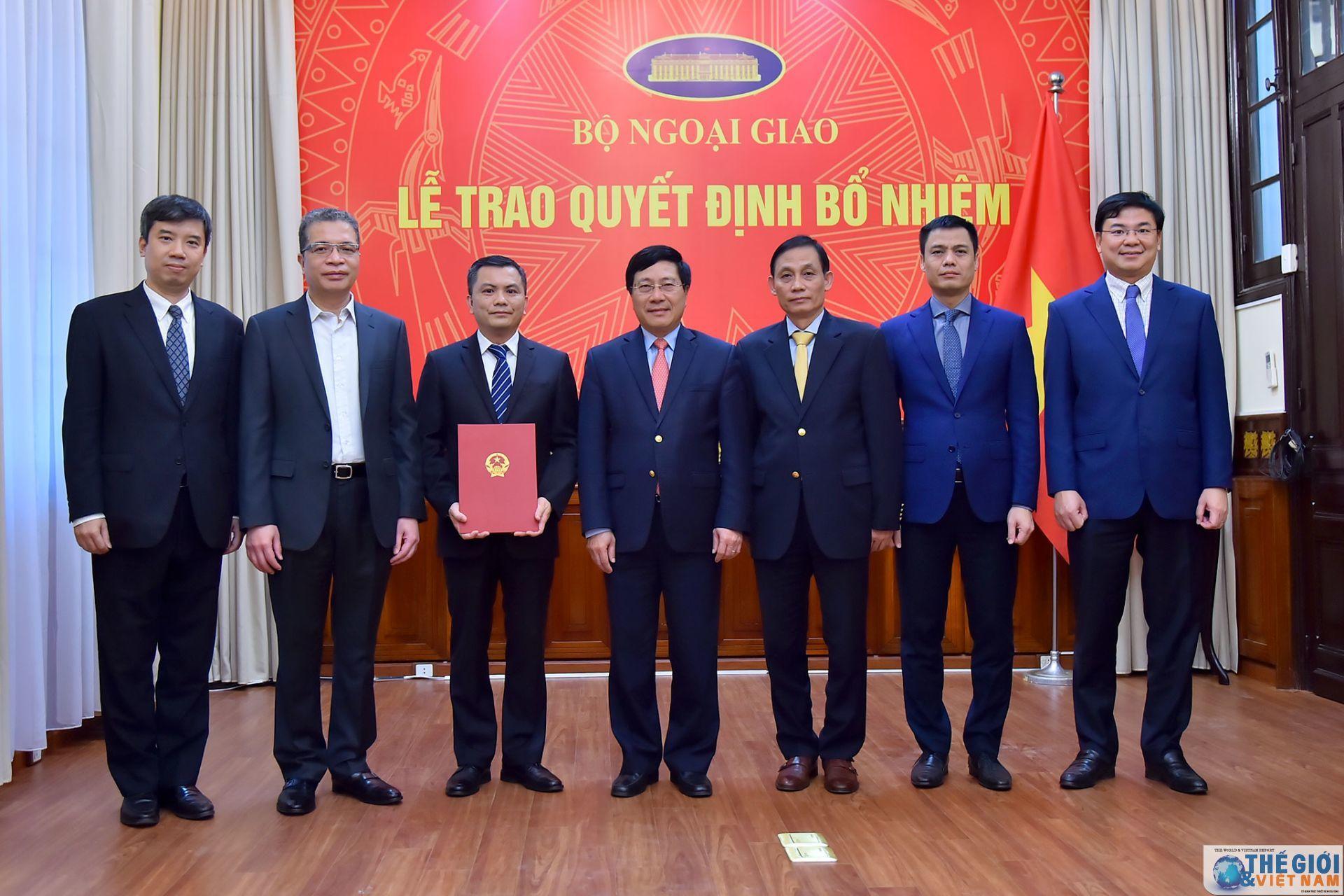 Bộ trưởng Ngoại giao trao quyết định bổ nhiệm nhân sự