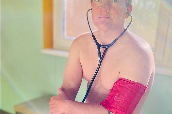 Lý do bất ngờ các bác sĩ Đức đăng ảnh khoả thân giữa đại dịch Covid-19