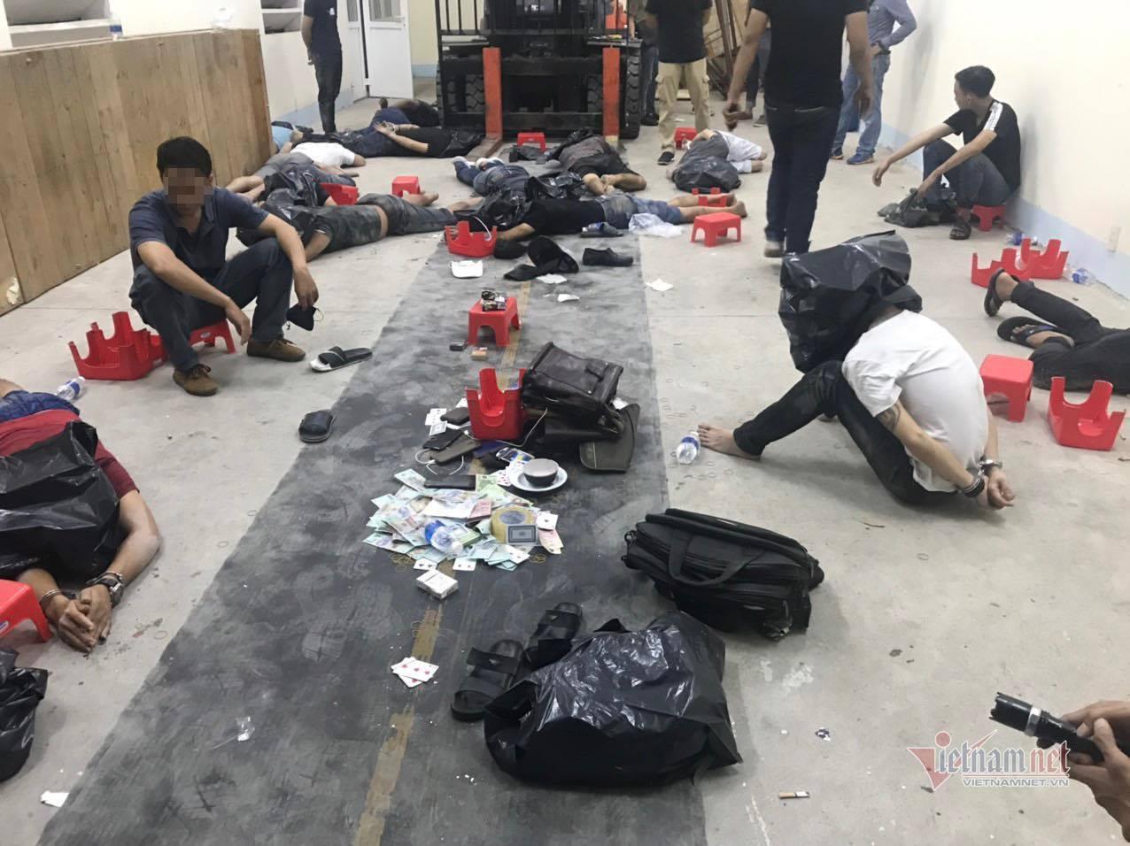 Cảnh sát đột kích xới bạc ở Bình Dương, bắt quả tang 15 đối tượng đang sát phạt