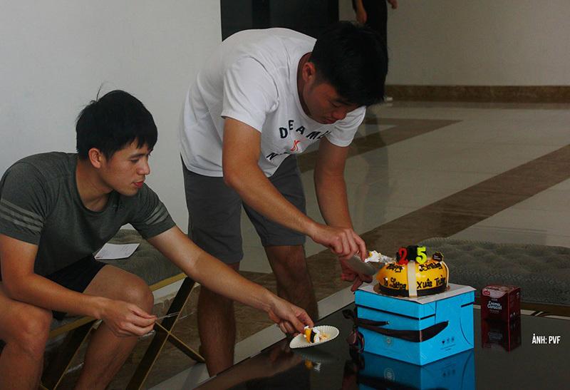HLV Park thăm trò cưng, mừng sinh nhật Xuân Trường