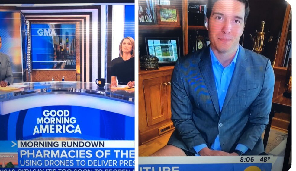 Cười ngất với phóng viên mặc áo vest, quần đùi khi đưa tin từ nhà